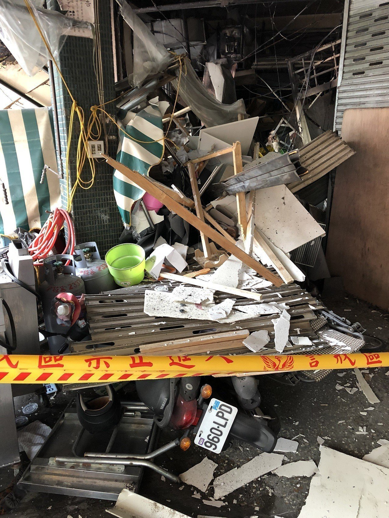台中市東區建新街食品加工行今天清晨氣爆,現場滿目瘡痍。記者陳宏睿/攝影