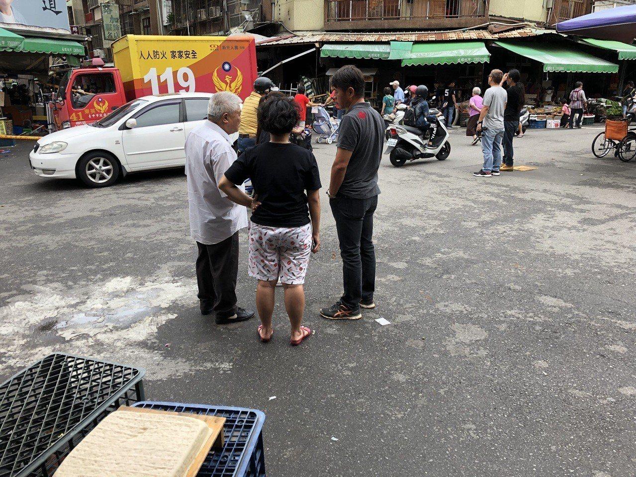 台中市東區建新街食品加工行今天清晨氣爆,江姓業者請洪姓友人(左一)到場善後。記者...