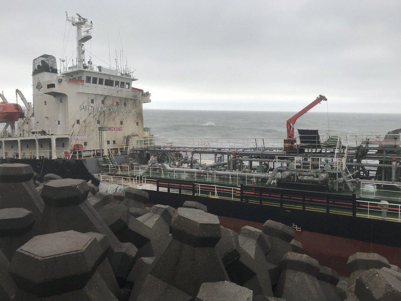擱淺鳳鼻頭油輪 已經開始漏油有重油味。記者劉星君/攝影
