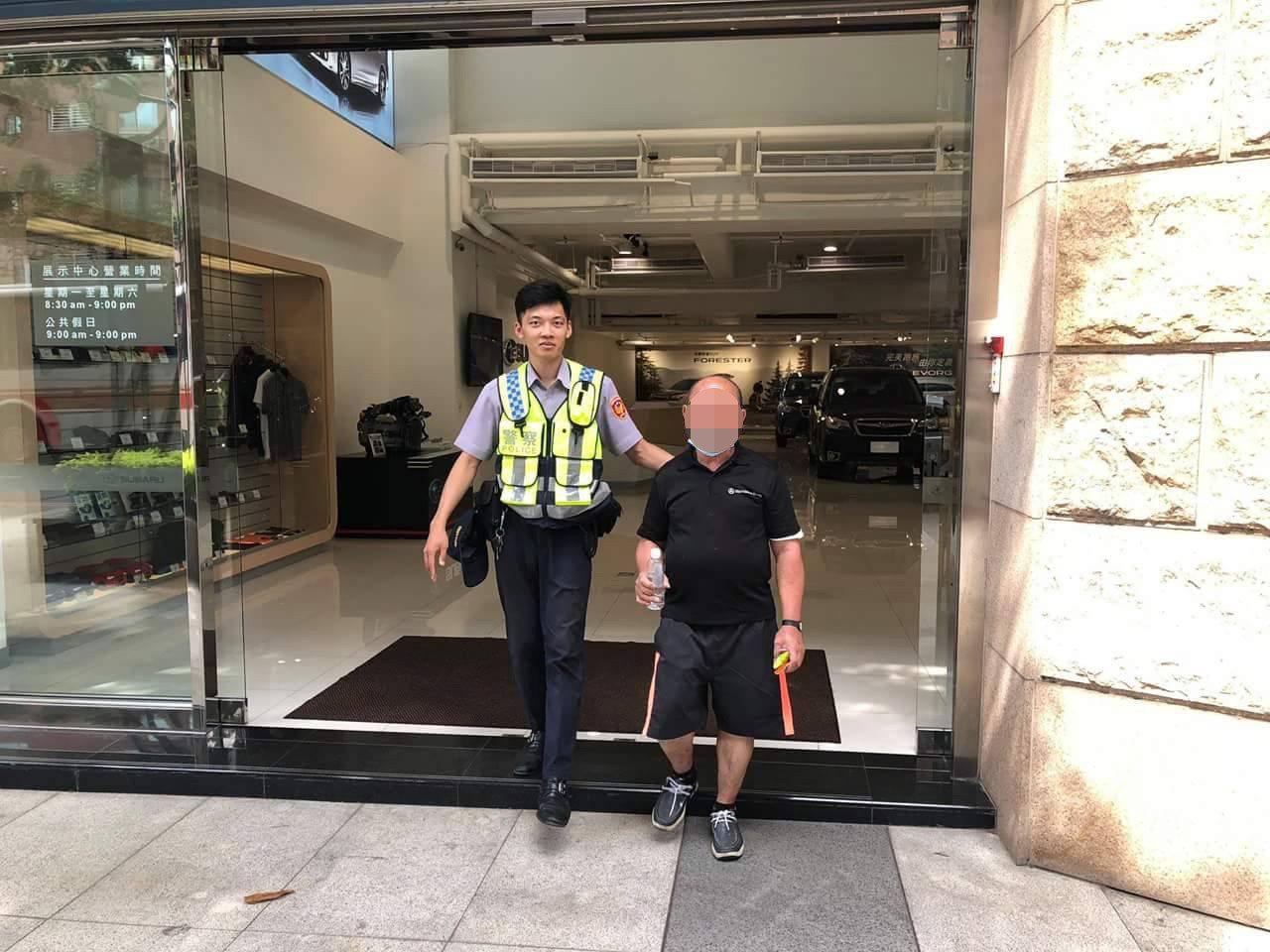 桃園市一名陳姓老翁日前溜出安養院在蘆竹區迷路,警方獲報後協助其返家。圖/警方提供