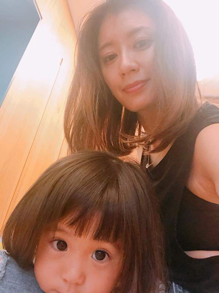賈靜雯po出咘咘剪新髮型的萌照。圖/摘自臉書