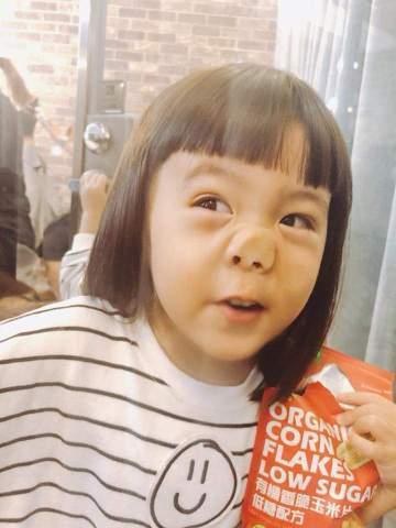 賈靜雯在臉書上曝光女兒咘咘的新髮型,剪瀏海成了「妹妹頭」,模樣萌翻了,還有一張照片咘咘緊貼玻璃,成了「豬鼻子」,搭配新髮型更可愛,賈靜雯並說:「咘姐新造型,請多多指教。鬼臉咘姐好有趣,媽媽、波妞也要...