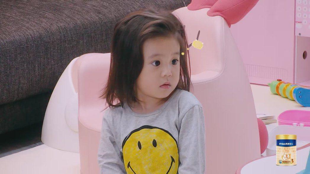 咘咘之前在「媽媽是超人」節目中還沒有瀏海。圖/截圖自愛奇藝台灣站