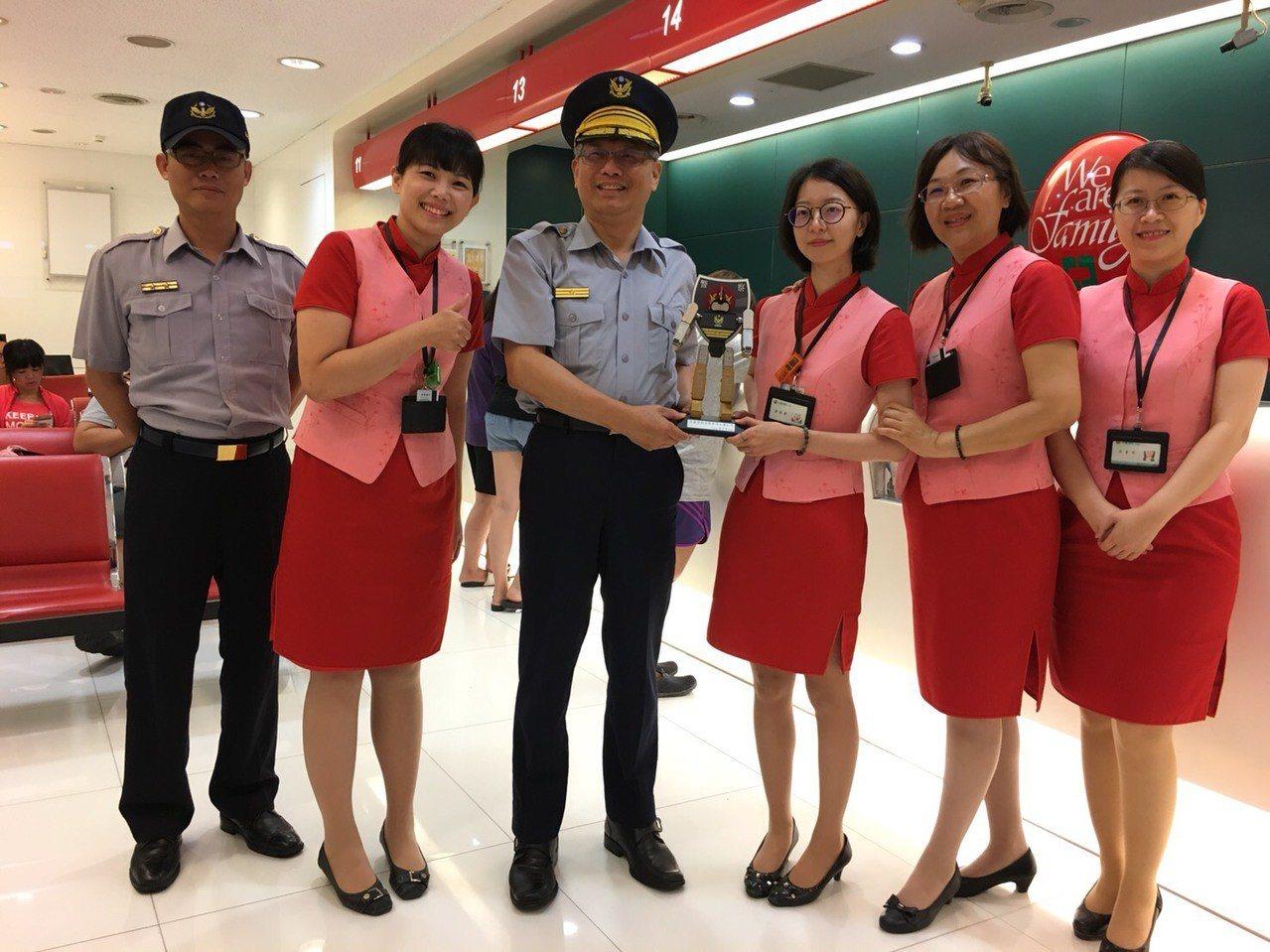 分局長戴崇贒(右四)到中信商銀分行表揚阻詐行員。記者周宗禎/翻攝