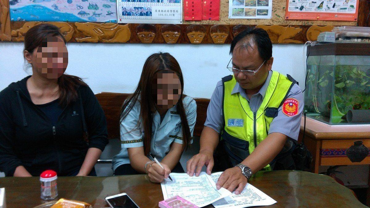 在屏東潮州警分局來義派出所員警協助下,負氣離家多日的劉姓少女終於返家。記者潘欣中...