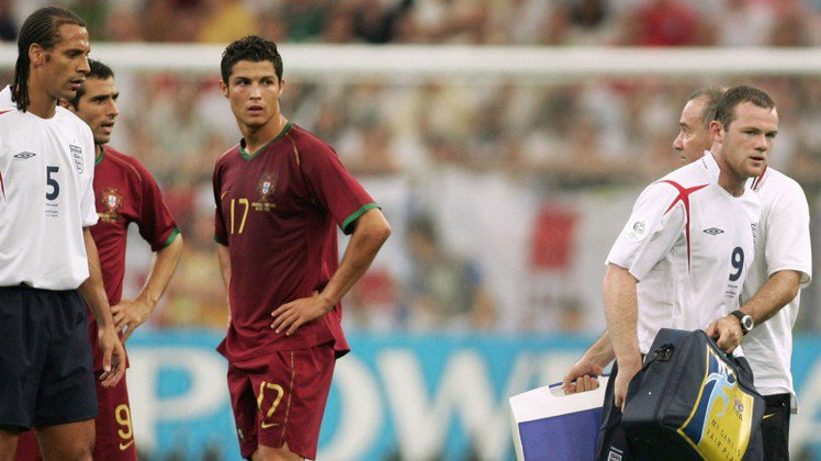 C羅在06年首次參加世界盃足球賽,當年對上英格蘭時,對魯尼做出小動作讓對方吃牌,...