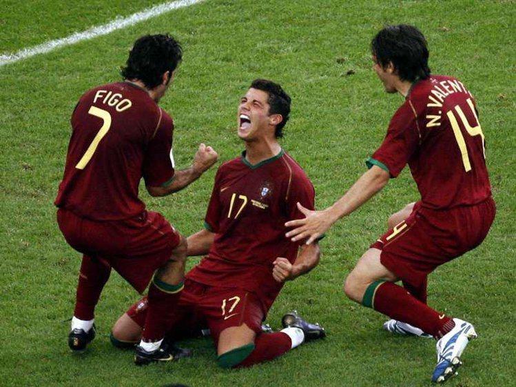 在葡萄牙老大哥Figo(左,現已退役)帶領下,C羅在06年首次參加世界盃足球賽,...