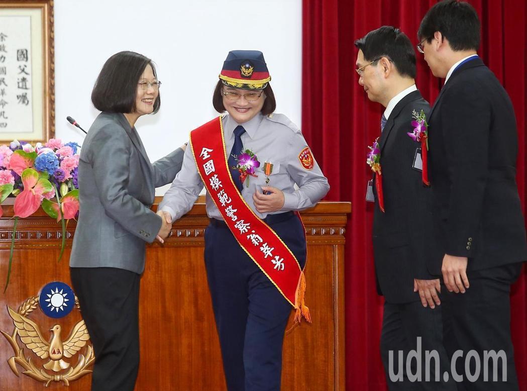 今天是警察節,蔡英文總統(左一)上午出席警政署「107年警察節慶祝大會」,頒獎表...