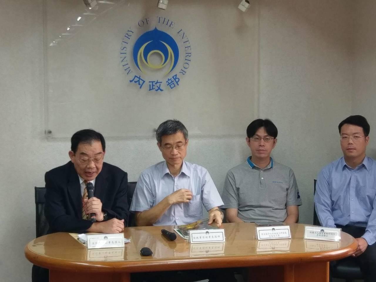 役政署副署長梁國輝(左二)。記者徐偉真/攝影