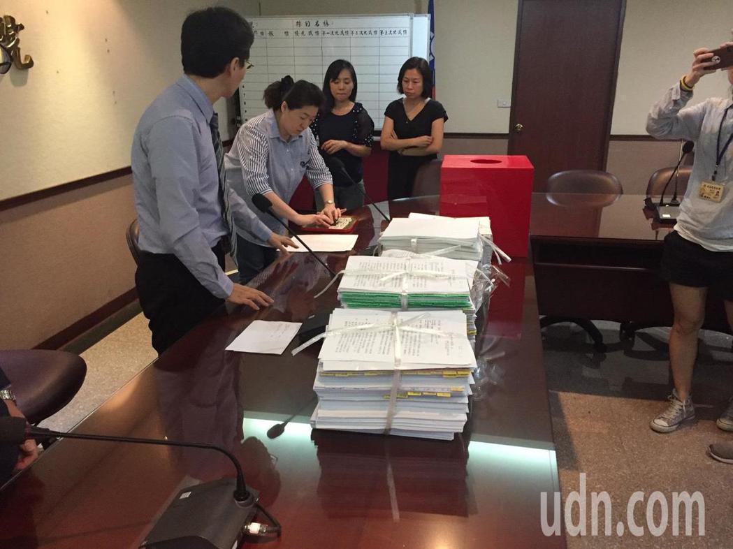 新黨案抽籤過程。 記者王聖藜/攝影