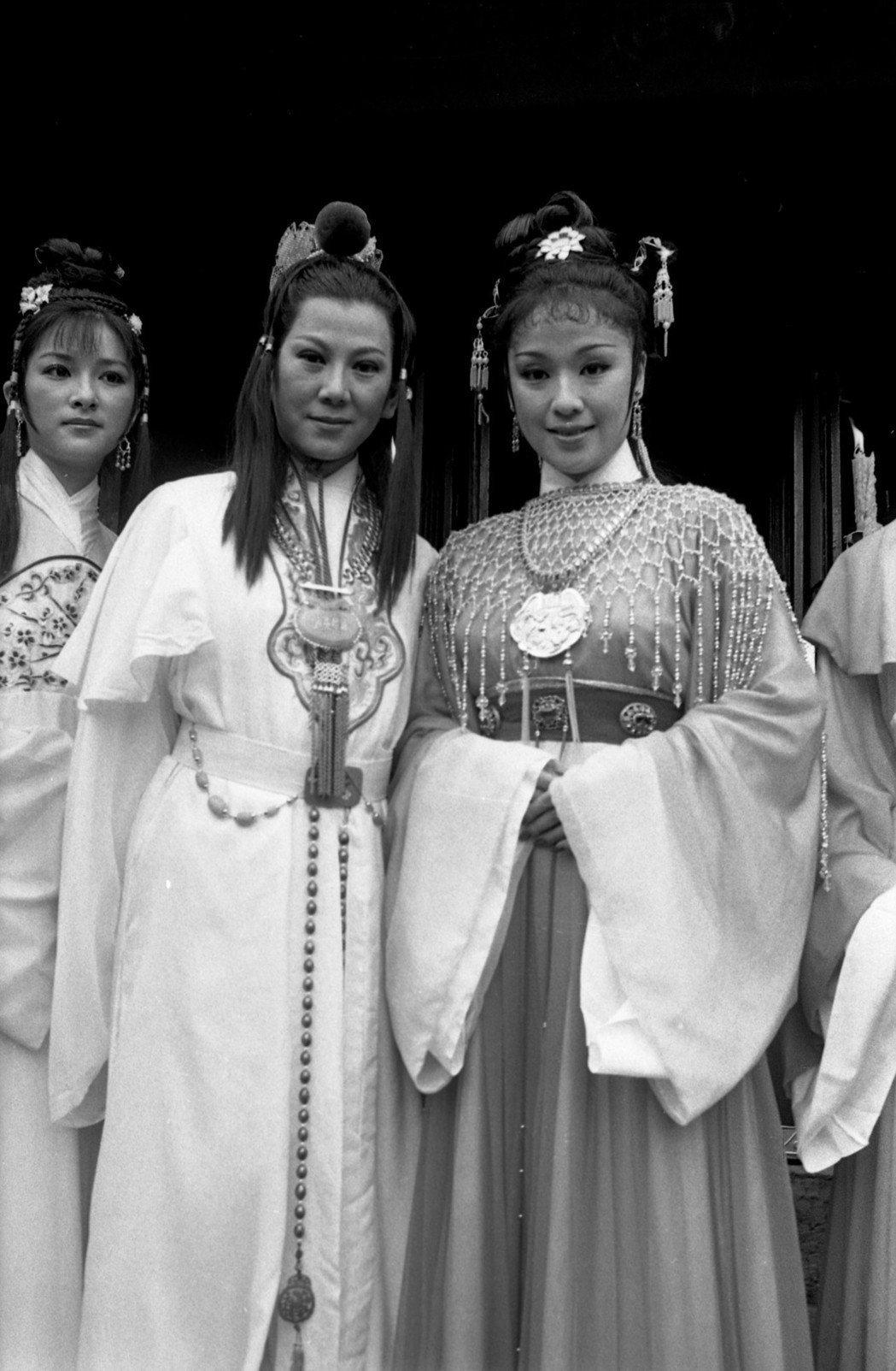 李菁(右起)、凌波、周芝明在「新紅樓夢」分飾薛寶釵、賈寶玉、林黛玉。圖/報系資料...