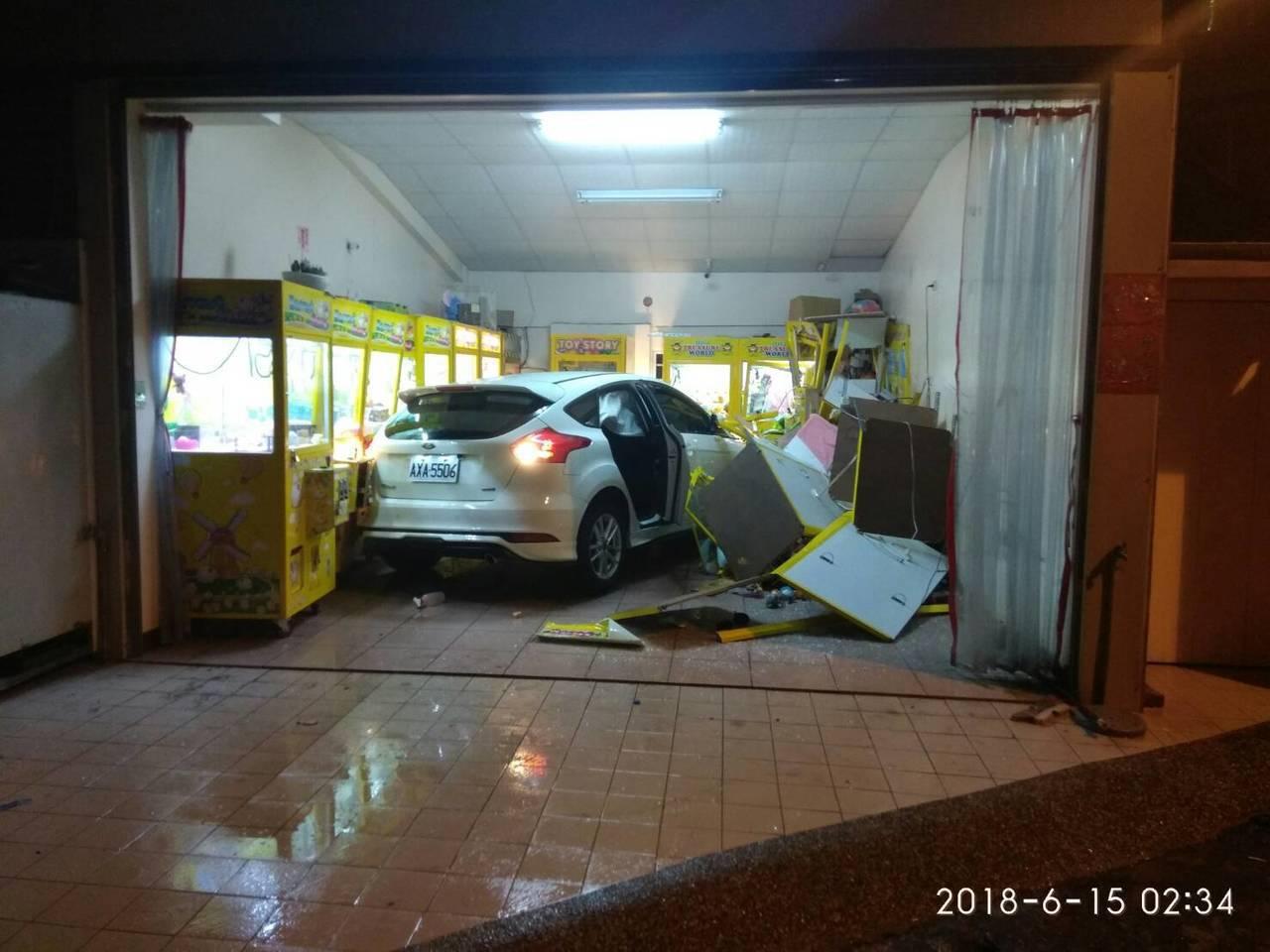 善化區1輛轎車撞進夾娃娃機店。記者吳政修/翻攝