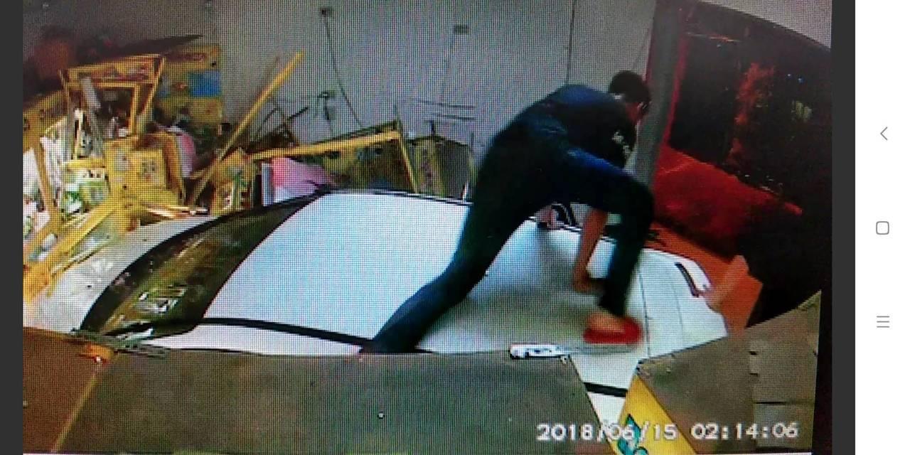 善化區1輛轎車撞進夾娃娃機店,車上5人都跑掉。記者吳政修/翻攝