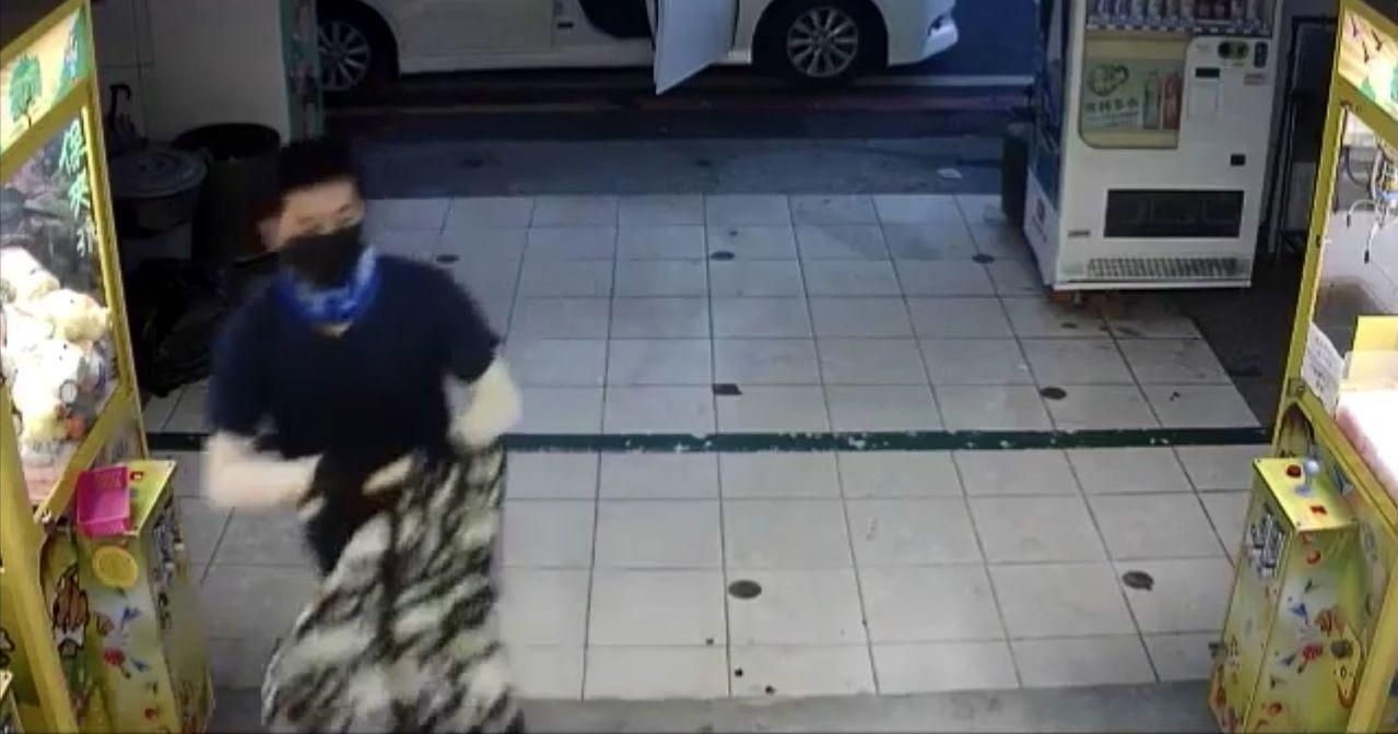 王姓男子戴手套、口罩,涉嫌持榔頭砸破娃娃機台玻璃後,竊取機台內藍芽音響,前後不到...