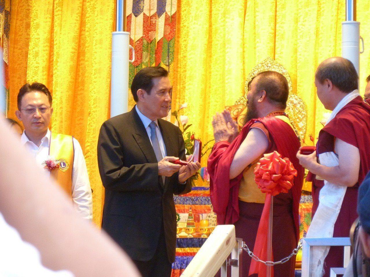 世界佛教正心會所打造的行動佛殿今天在中正紀念堂啟用,並將展開環島祈福旅程。前總統...