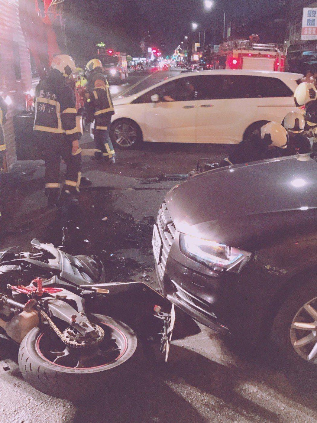 台北市昨天發生死亡車禍,消防局趕抵,緊急救護,傷者仍不治身亡。記者李承穎/翻攝