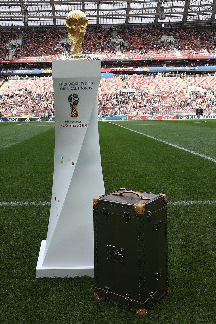 路易威登為世界盃足球賽特別訂製的獎座手提硬箱。圖/LV提供