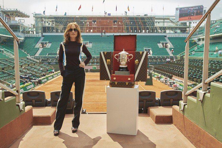 法網女子單打決賽開始前,伊莎貝雨蓓負責護送Suzanne Lenglen Cup...