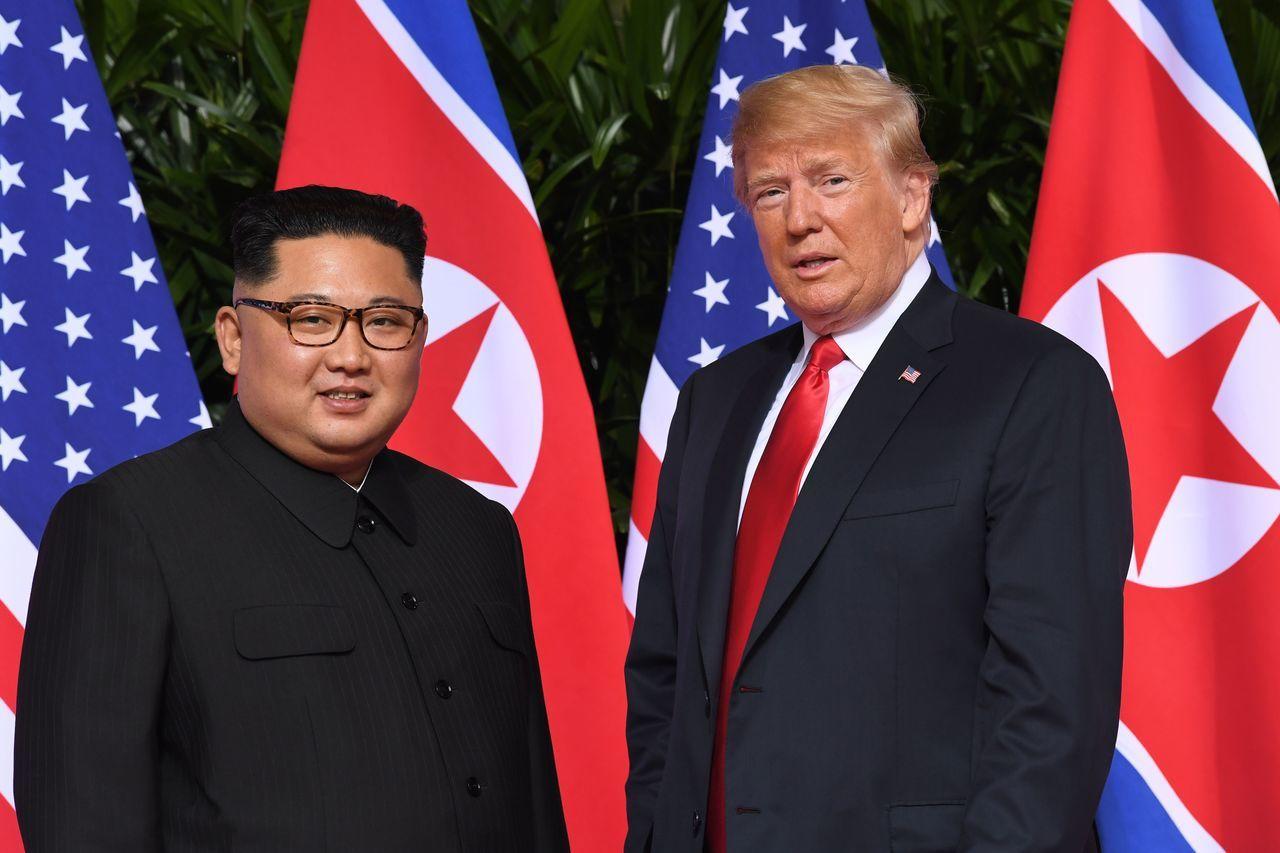 美國總統川普(圖右)與北韓領導人金正恩(圖左)如今互控不遵守非核協議。圖/法新社
