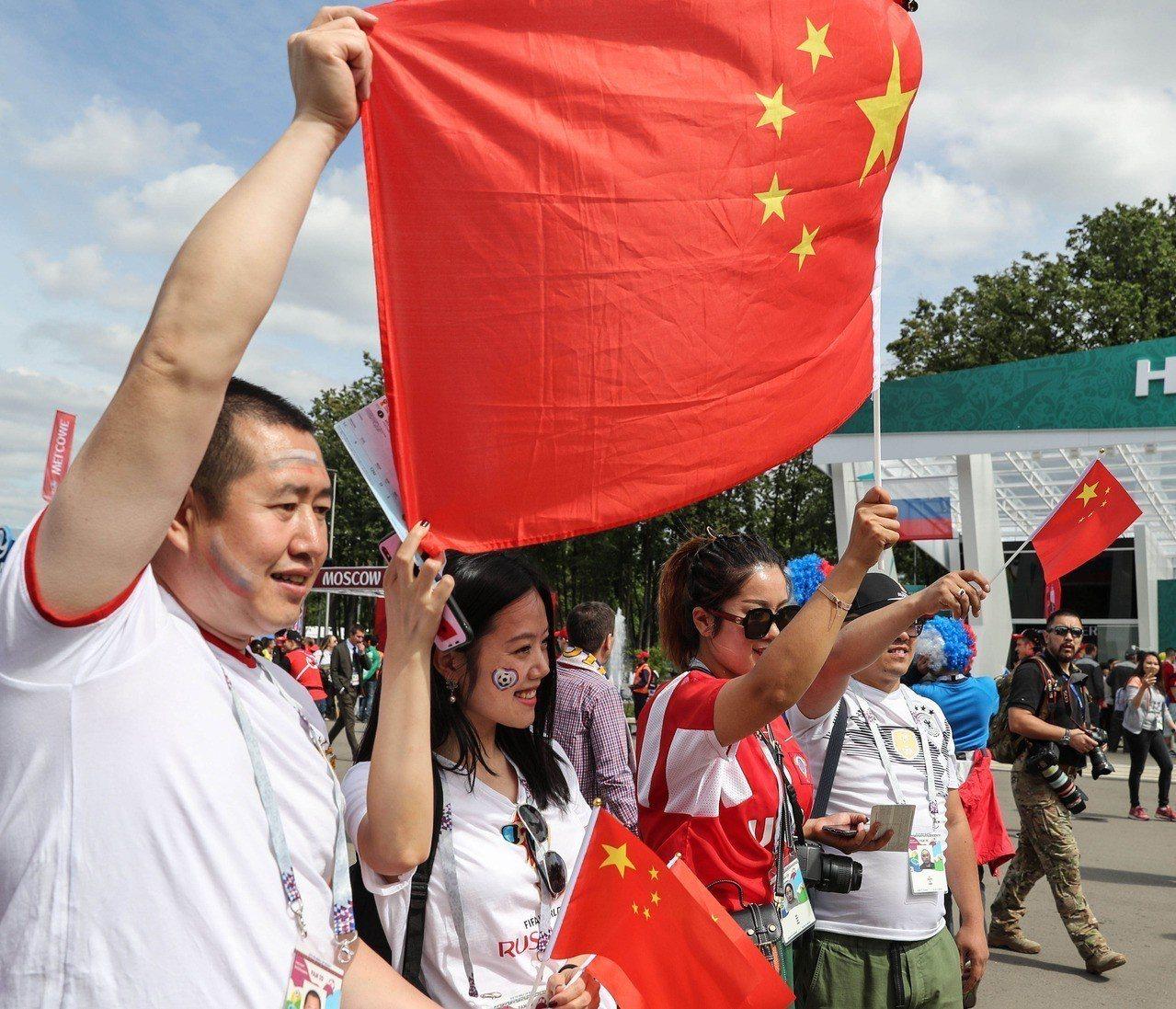 6月14日俄羅斯世界盃足球賽在莫斯科舉行開戰幕,來自中國大陸的球迷在球場外合影。...