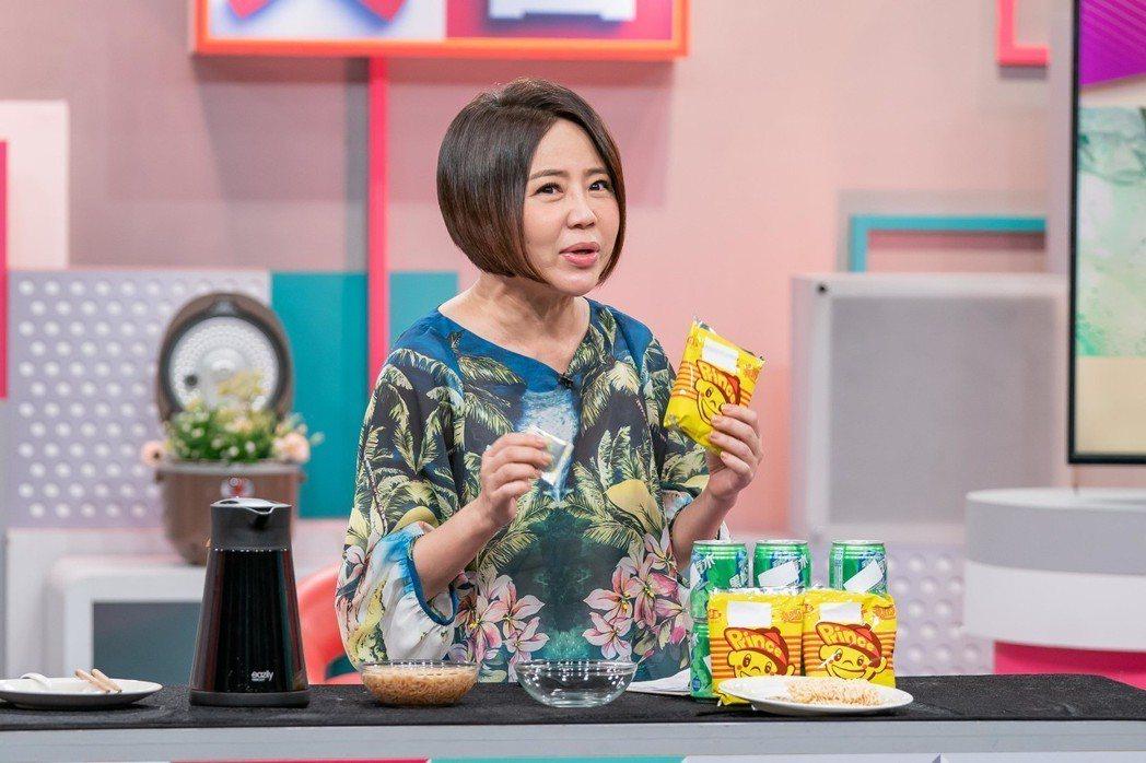 于美人示範汽水加泡麵的減重法。圖/TVBS提供