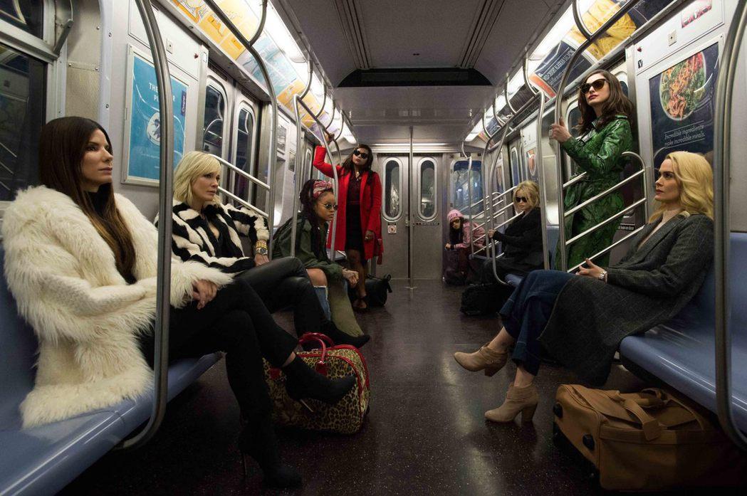 新版「瞞天過海」找來眾多大牌女明星一起演出。圖/華納兄弟影業提供