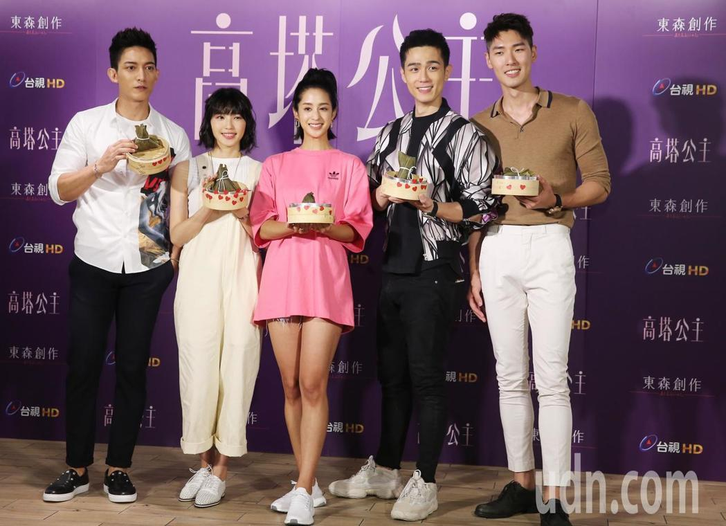 王家梁(左起)、王牧語、莫允雯、利晴天、姜康哲出席「高塔公主」包粽活動。記者徐兆