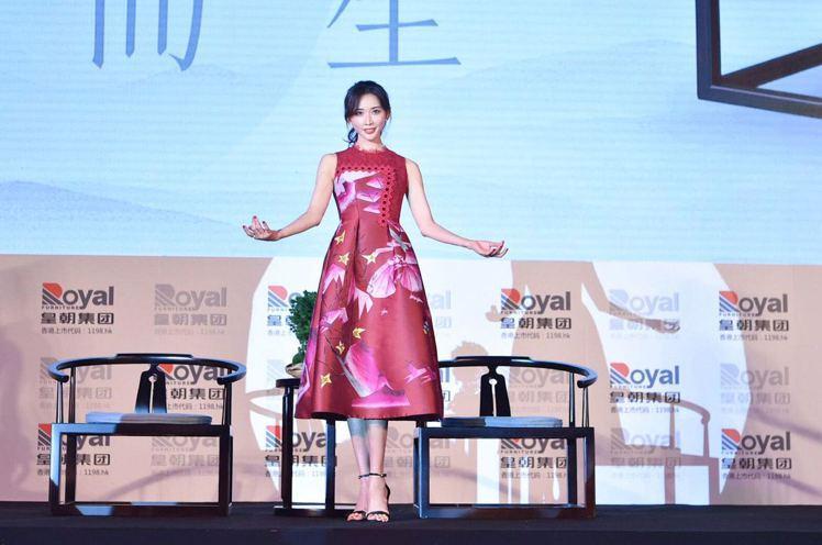 林志玲身著SHIATZY CHEN 夏姿‧陳迪士尼聯名系列洋裝,65,800元。...
