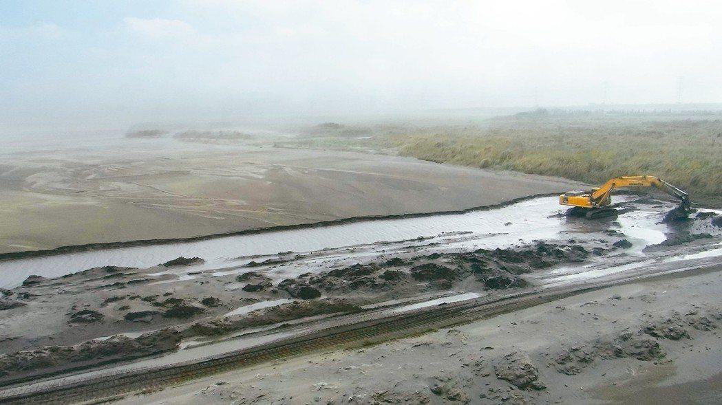 濁水溪在東北季風吹襲下,揚塵嚴重,目前積極進行水覆蓋,讓河床保濕,減輕揚塵。 圖...