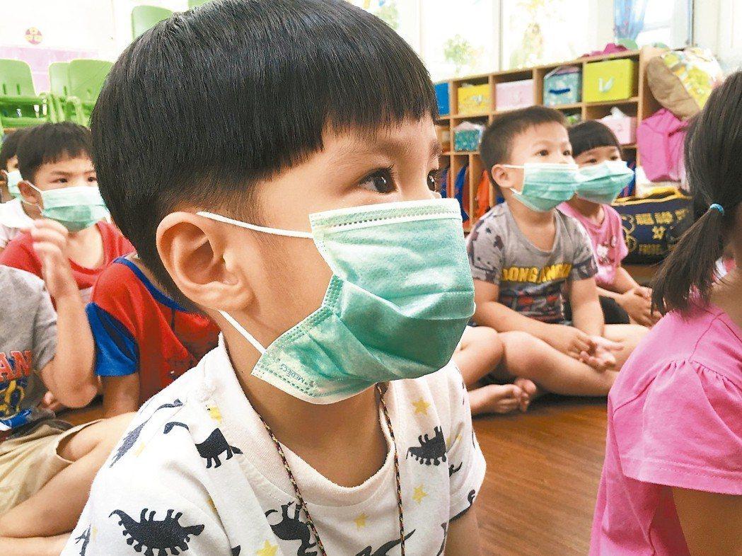 雲林縣每到揚塵嚴重季節,孩子只能戴上口罩自保。 記者陳雅玲/攝影