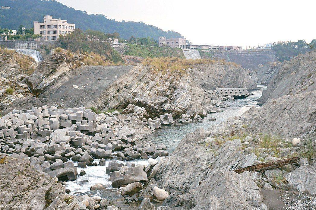大甲溪下游出現大峽谷般的地景,原始河相都變了樣。 記者洪敬浤/攝影