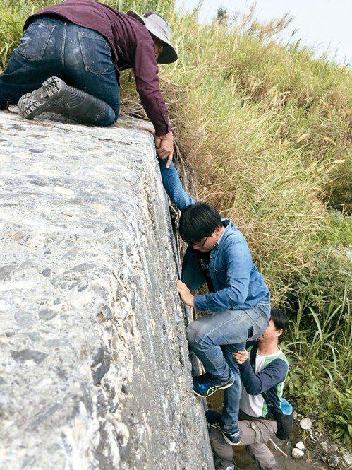 記者走訪台東碇橋溪,四公尺高固床工,得靠推拉才能爬上。 記者郭政芬/攝影