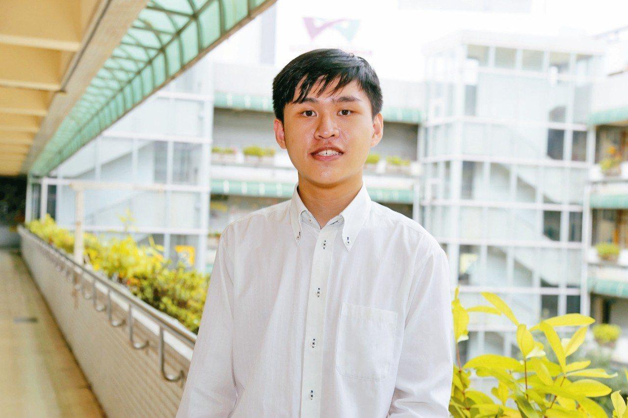 啟明學校的李昌勳昨日畢業了,今年獲選總統教育獎的他,靠點字譜、聽力苦練琴藝,考上...