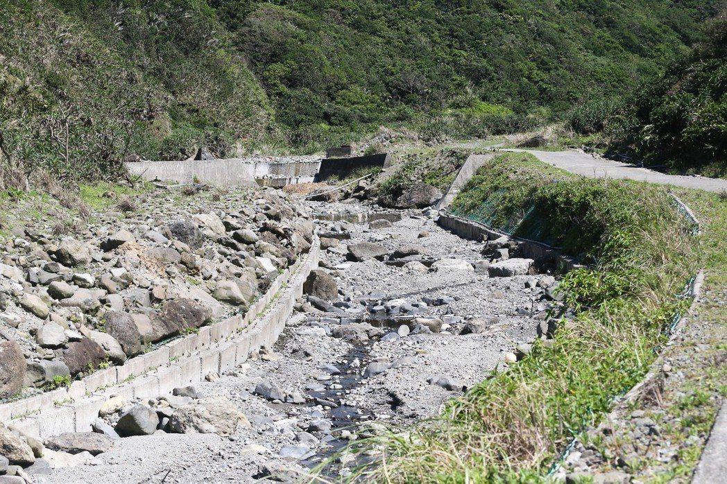 朗島東溪做水泥化工程之後,原本種植水芋的田地因為泥沙沉澱而無法使用。 記者黃仲裕...