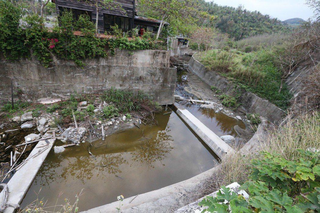 潮來橋溪遇到住家被迫九十度轉彎。 記者黃仲裕/攝影