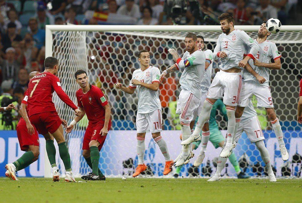 靠著對手犯規換來的自由球,C羅一腳為葡萄牙追平比數,並完成帽子戲碼。 美聯社
