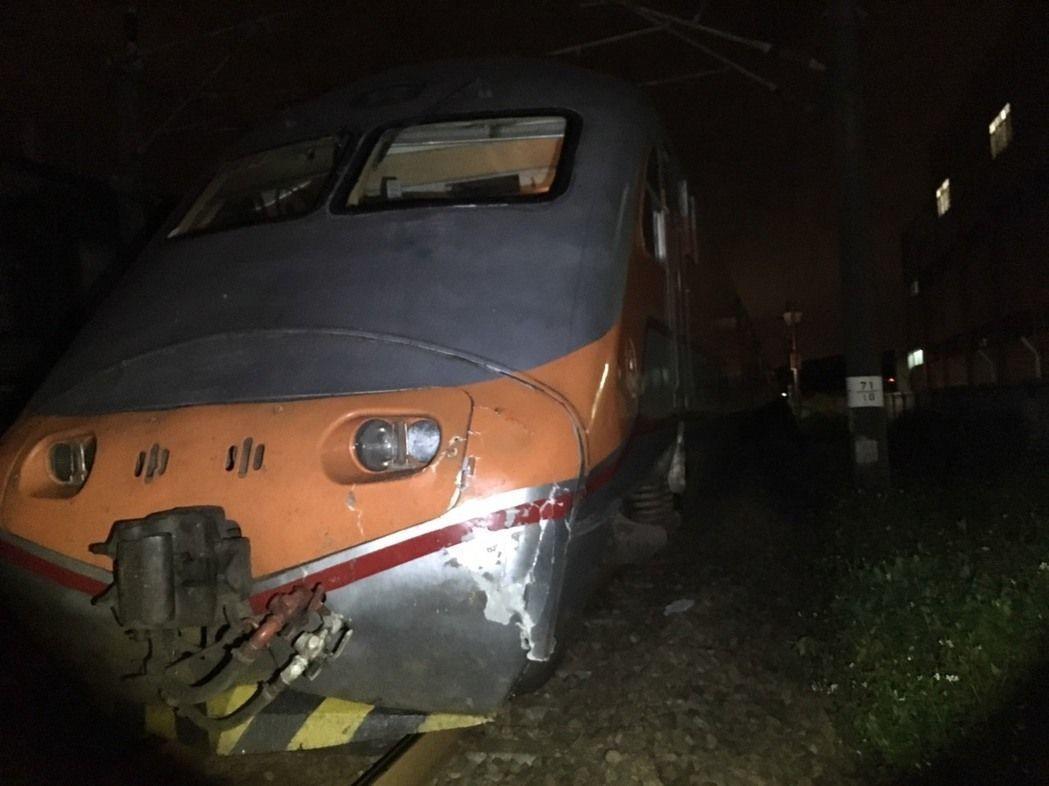 去年端午連假第二天,自強號北上列車在桃園埔心到中壢站途中,輾斃闖越鐵道路人,列車...