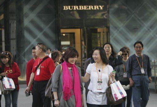 中國人四分之三的奢侈品都在海外購買。圖為一個大陸旅行團在台灣旅遊購物。 美聯社