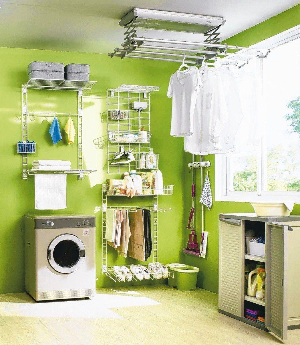 壁面收納系列,掛鉤、掛籃、褲架、鞋架,隨需要自由加掛,牆有多大,收納空間就有多少...