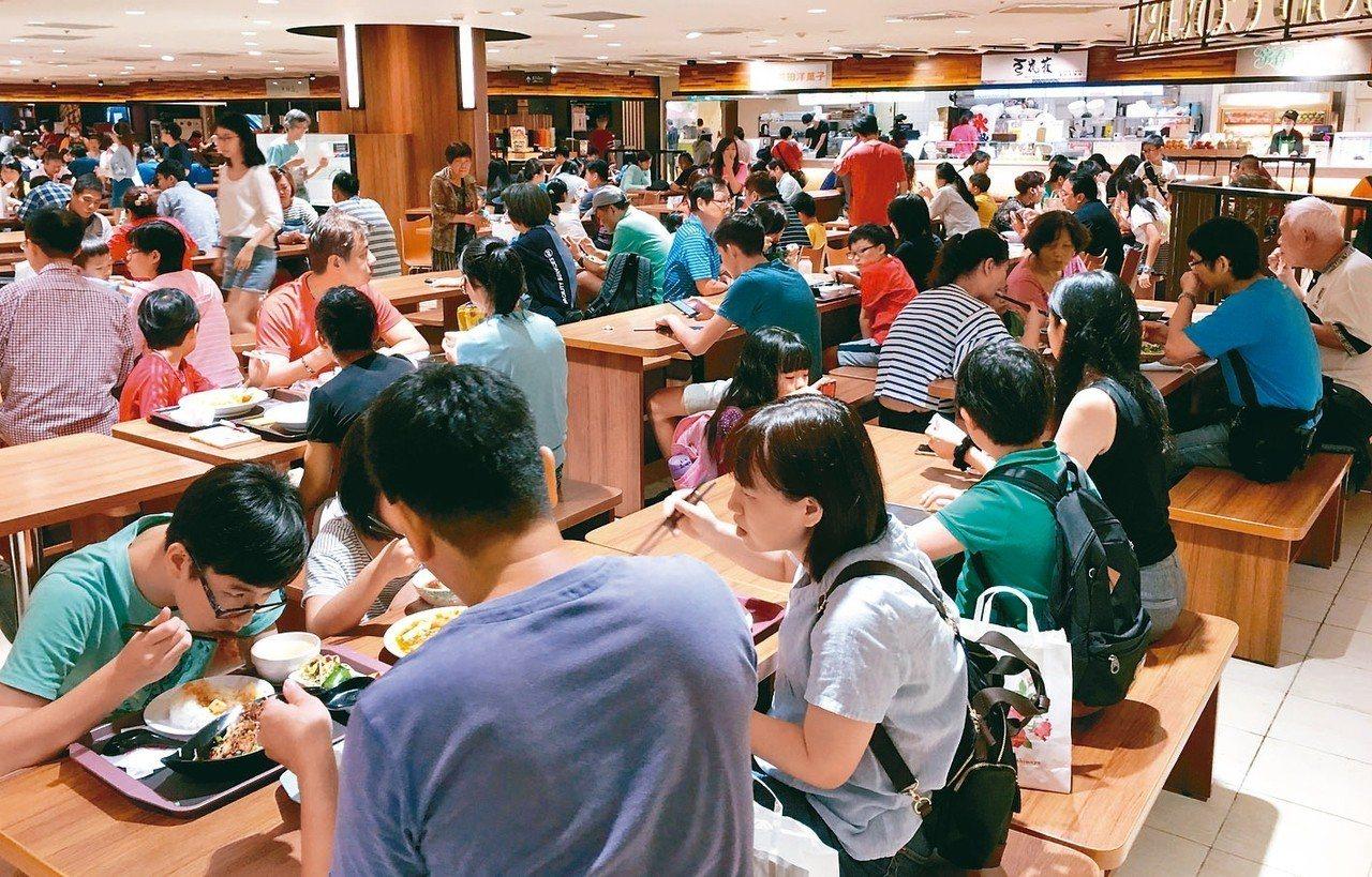 百貨公司消費人潮,幾乎都聚集在餐廳和美食街。 圖/聯合報系資料照片