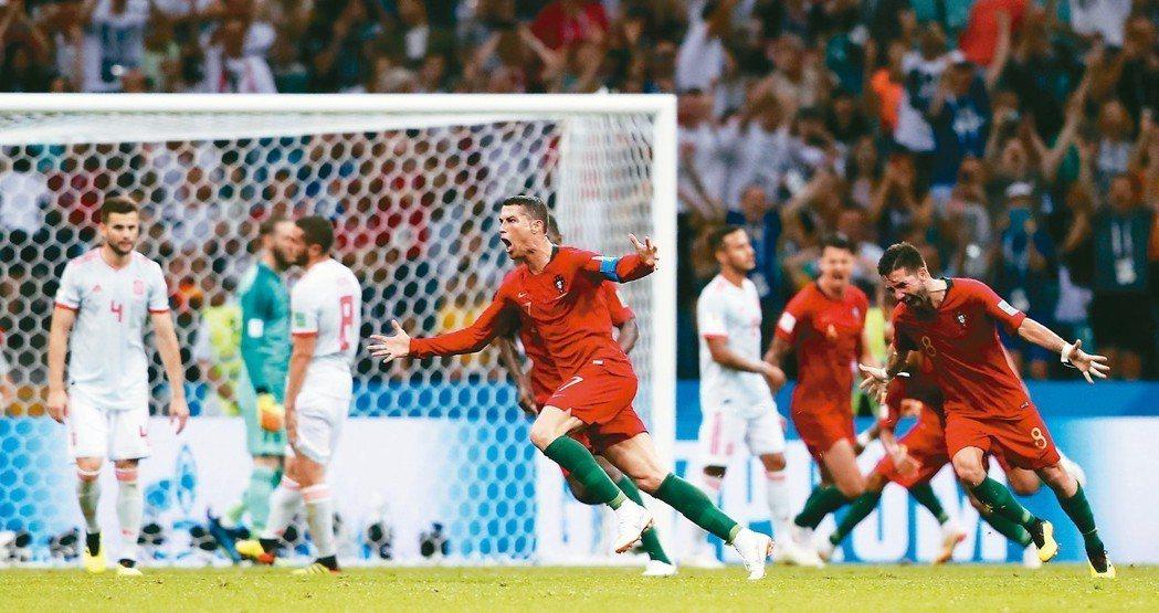 終場前C羅踢進精彩的自由球,以3:3逼平西班牙,C羅與隊友激動歡呼。 美聯社