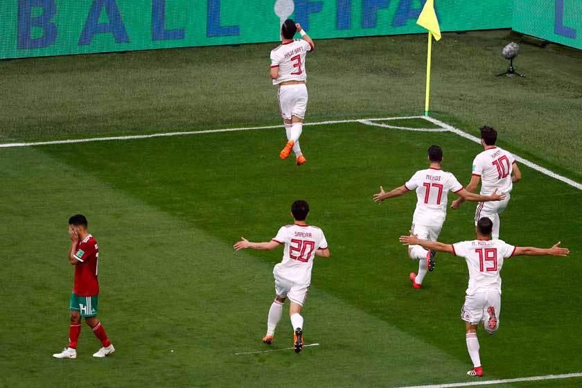 伊朗雖然是靠著布哈杜茲的烏龍球贏得勝利,但哈薩菲(3號)精準的開球才是真正關鍵。...