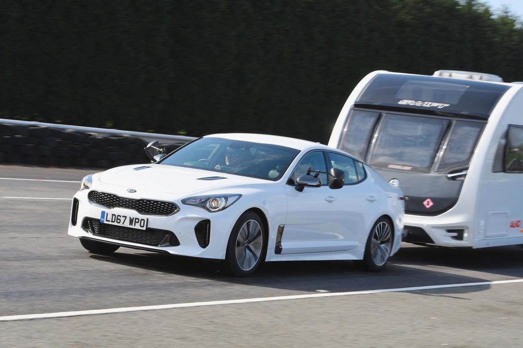雖然Kia Stinger獲得的是最佳汽油車獎項,但也顯示跑車若想拖曳露營車也是...