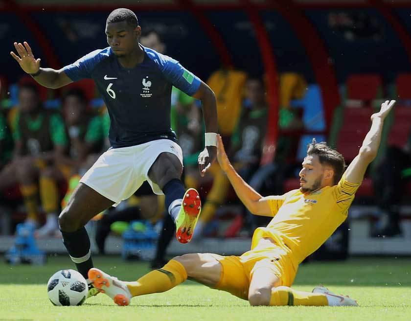 法國隊中場博格巴(左)和澳洲隊前鋒雷奇(右)激烈搶球,雙方在上半場結束時都未進球...