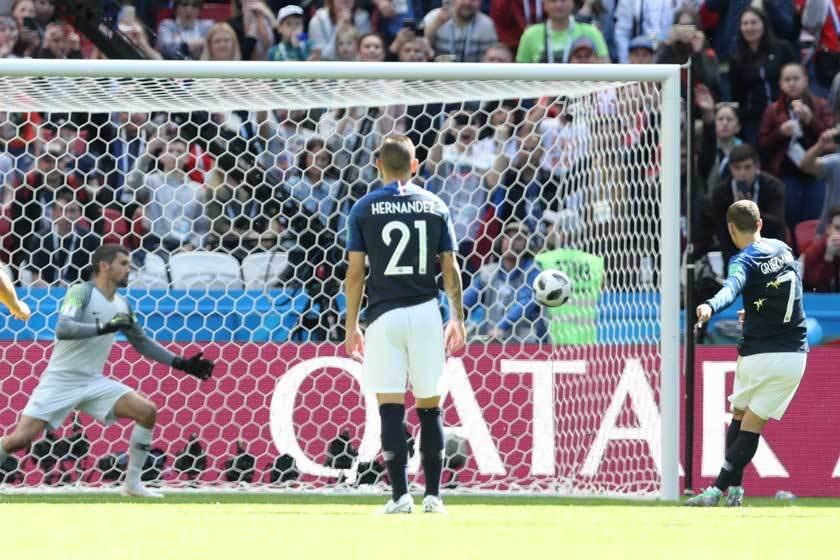 法國隊前鋒格里茲曼(右)靠12碼罰球為球隊先馳得點,澳洲隊門將沒有攔截的機會。 ...