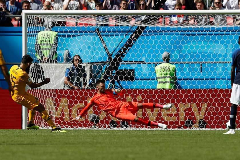 在法國隊進球4分鐘後,澳洲隊中鋒耶迪納克(左)馬上還以顏色回敬了一個12碼罰球。...