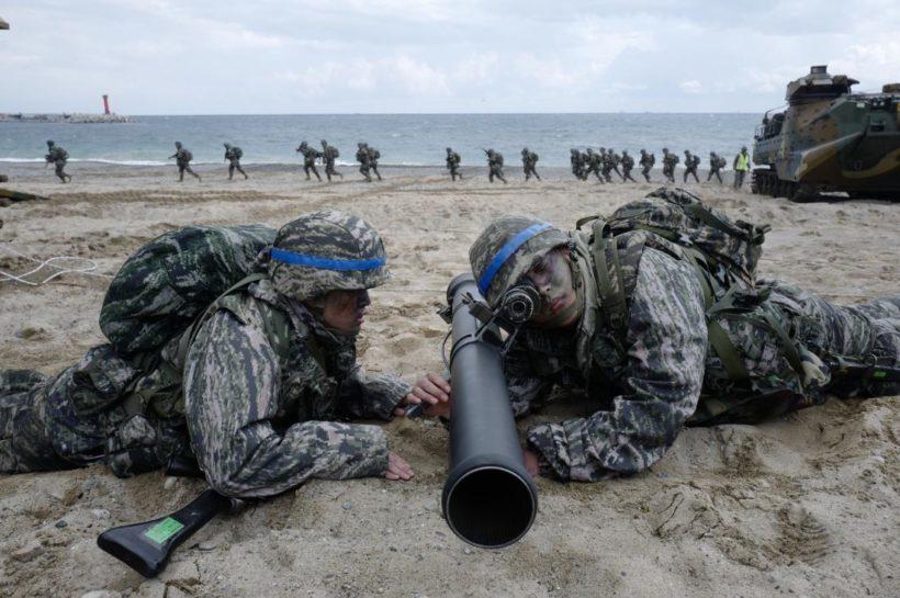 圖為去年美韓鷂鷹演習時模擬兩棲登陸作戰情形。歐新社