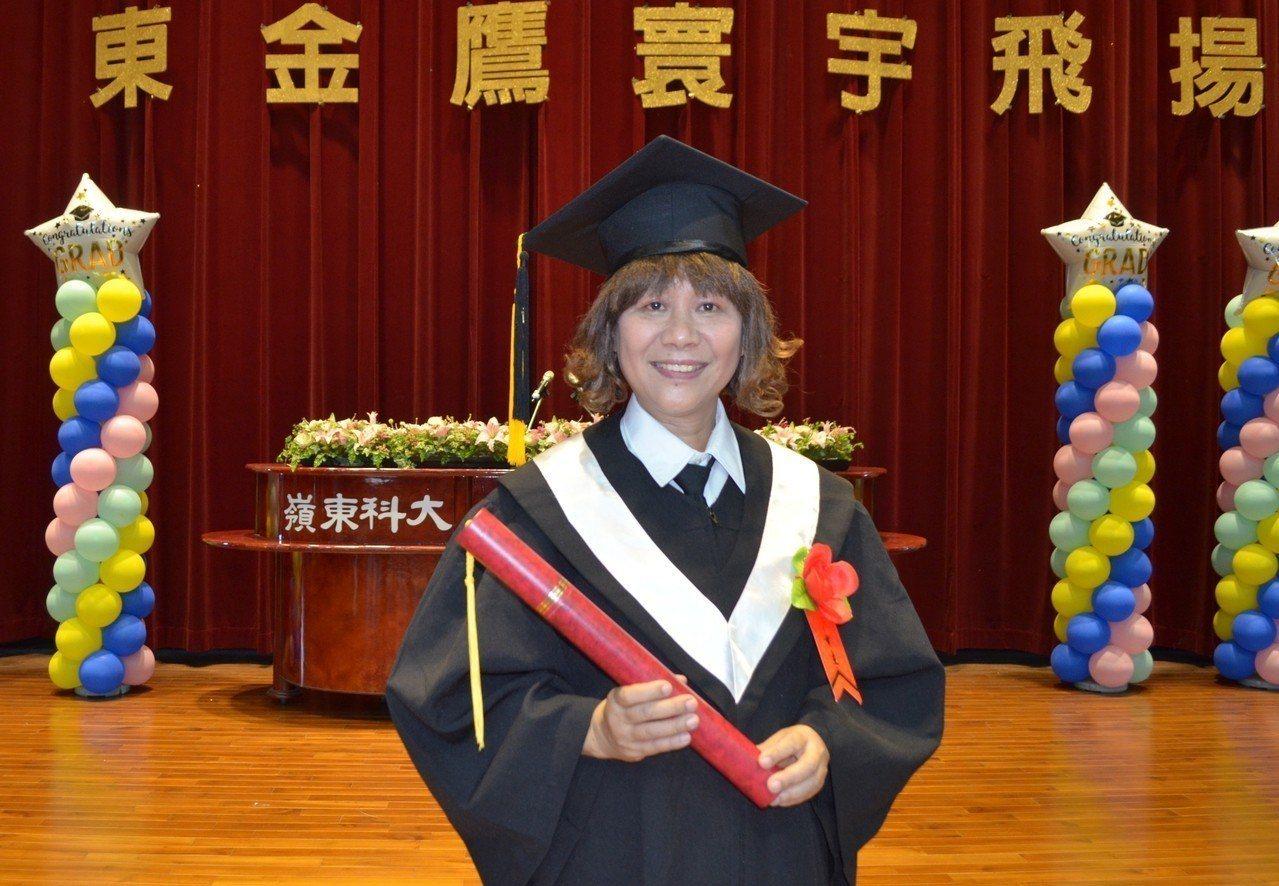 60歲的林貴滿是嶺東科技大學日間部有史以來年紀最大的畢業生,她年少失學,從補校讀...