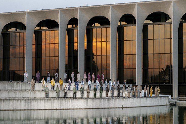 Ermenegildo Zegna於Oscar Niemeyer大樓戶外水池畔舉...
