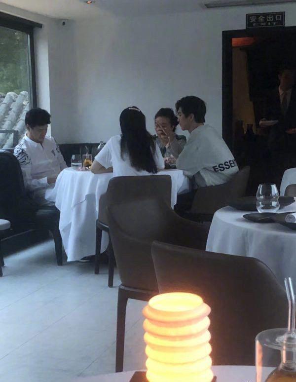 范冰冰(中)被微博網友拍到與弟弟范丞丞聚餐,似乎是幫他過生日。圖/摘自微博